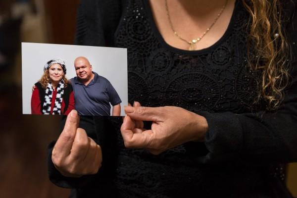 Graciela Osorio está de luto por la pérdida de su marido, Ariel Osorio, que murió de covid en enero. Foto: Heidi de Marco / KHN.