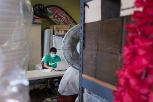 Ariel Osorio Jr. trabaja en sus tareas escolares en la parte trasera de la florería.