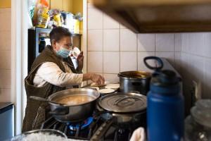 Cleotilde Servin prepara el almuerzo para los miembros de la familia que viven con ella, entre ellos dos hijas, un hijo y varios nietos.