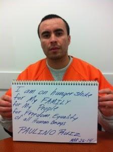"""Paulino Ruíz dentro del NWDC sosteniendo un cuaderno abierto con las palabras escritas: """"Estoy en huelga de hambre por mi familia por mi gente y por mi libertad. Igualdad para todos los seres humanos"""". Foto: La Resistencia."""