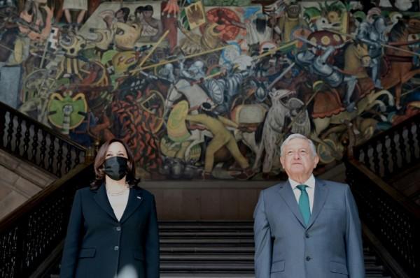 En su visita a México la Vicepresidenta de EE UU, Kamala Harris y el mandatario mexicano, André Manuel López Obrador apreciaron el mural del pintor mexicano, Diego Rivera, en la escalera principal de Palacio Nacional en el corazón del Centro Histórico de México. Foto: https://www.barrons.com.