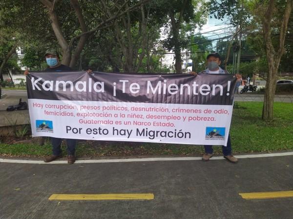 Ciudadanos guatemaltecos a través de una manta advierten a la vicepresidenta Harris que no crea las palabras de sus gobernantes. Foto: María Martin.