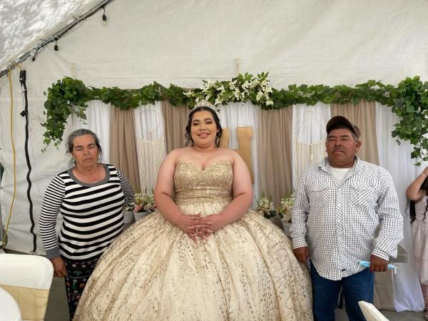 Hermila Navarro, con su padre y su madre a los lados, en su fiesta de Quinceañera. Foto: Madi Bolaños.