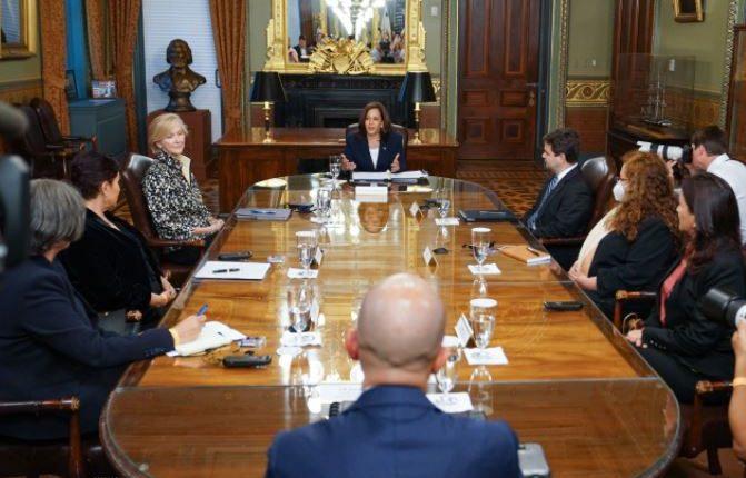 Reunión de la Vicepresidenta Kamala Harris con juezas y funcionarios guatemaltecos. Foto: Twitter.