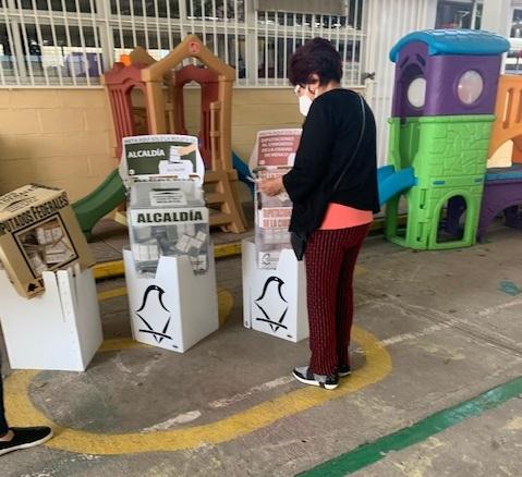 Persona depositando la urna en la alcaldía iztapalapa donde ganó Morena