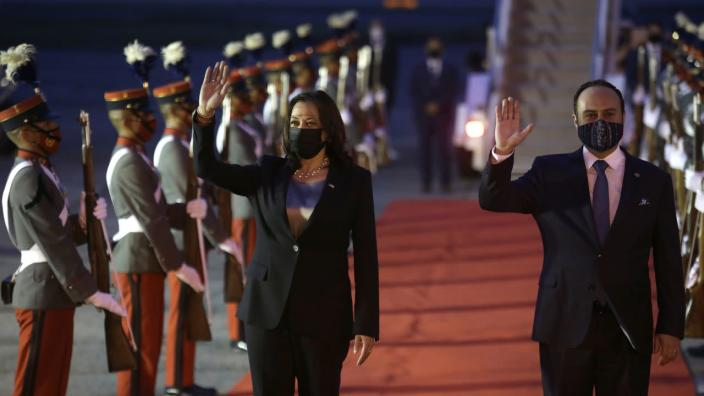Kamala Harris tras aterrizar en Guatemala. Foto: News Yahoo.