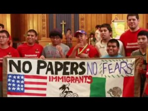 Inmigrantes indocumentados se manifiestan en Fresno contra la discriminación de ICE. Foto: YouTube.