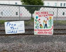 Carteles en las rejas exteriores del Centro de Detención del Noroeste, en Tacoma, Washington. Foto: La Resistencia