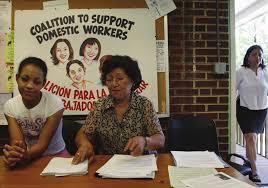 Trabajadoras domésticas organizadas en una mesa de información sobre sus derechos. Foto:  Barnard Center for Research on Women - Barnard College.