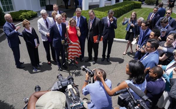 El presidente Biden desde la Casa Blanca anuncia el acuerdo bipartidista alcanzado con la senadora demócrata, Kyrsten Sinama y su correligionario Joe Manchin a bordo. Foto: https://www.the-sun.com.
