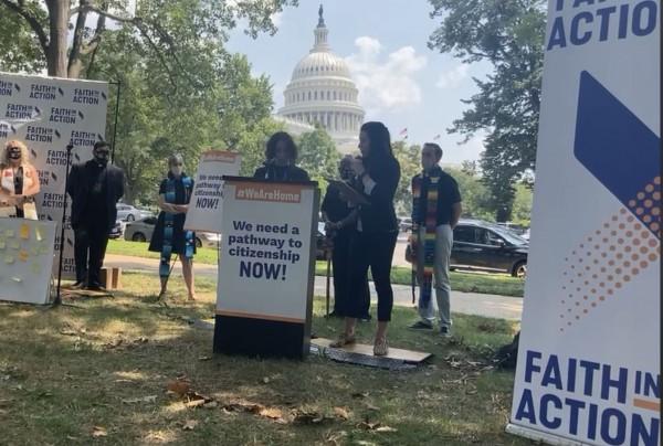 Se reúnen en Washington, DC para presionar por la inclusión de la reforma migratoria.  Iliana Hernández en el micrófono. Foto: José López Zamorano.