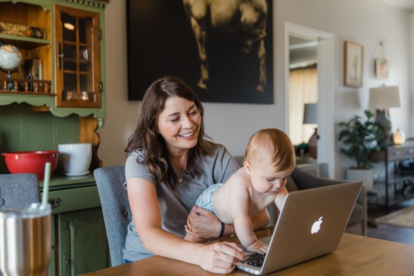 Madison Cano necesitaba ayuda para amamantar a su hijo Theo, pero su asesora de lactancia vivía a 60 millas de distancia. La asesora de lactancia apoyó a Cano a través de Facebook, mediante fotos y vídeos, lo que ayudó a Cano a resolver el problema. Foto: Abie Livesay para Kaiser Health News.