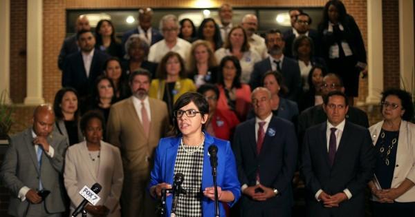 La representante estatal Jessica González, demócrata de Dallas, habló en una conferencia de prensa en Mt. Iglesia Bautista Zion en el este de Austin después de que los demócratas rompieron el quórum en oposición al proyecto de ley S7 del Senado, un proyecto de ley de votación radical del Partido Republicano. Foto: Miguel Gutiérrez Jr./ The Texas Tribune.