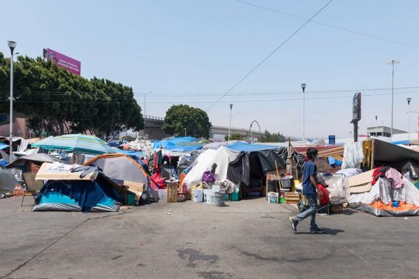 Los solicitantes de asilo de México, América Central, África y el Caribe acampan en El Chaparral Plaza en Tijuana, México, mientras esperan que sus casos de inmigración sean escuchados en los EE. UU.