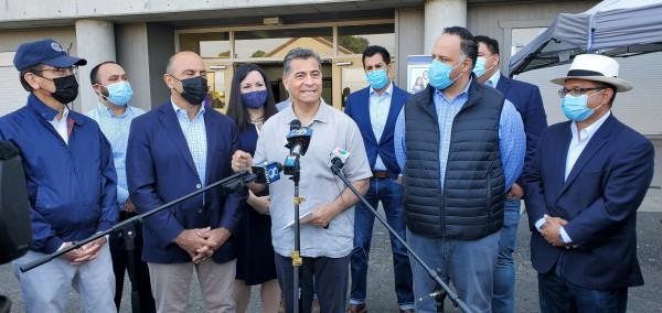 Xavier Becerra, Secretario de Salud y Recursos Humanos declarando ante los medios en la Clínica de Salinas. Foto: Jesús Ramírez.