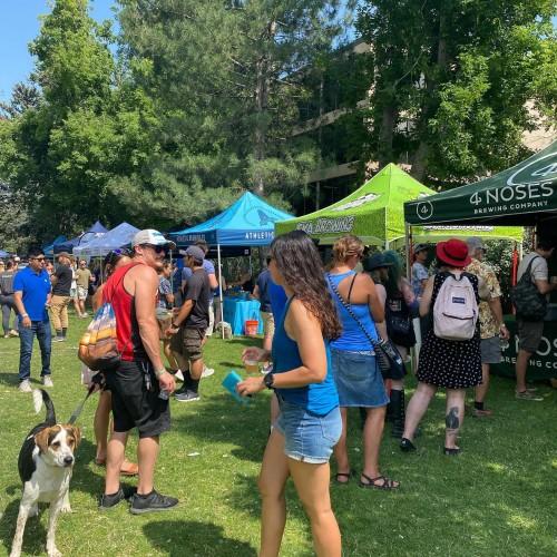 Visitantes pasean por los puestos de comida en el Creek Festival en Boulder el pasado domingo 18 de julio. Foto: Boulder Creek Festival.