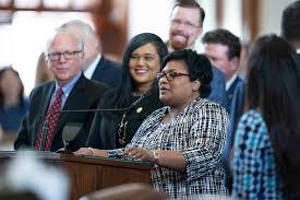La representante estatal demócrata de Dallas, Tx, Toni Rose muestra su agradecimiento al presidente de la Cámara de Representantes, Dade Phelan, por los proyectos de ley para mantener a las mujeres pobres en Medicaid durante seis meses después de tener un bebé en el último día de la 87a legislatura de Texas. Foto: Bob Daemmrich / CapitolPressPhoto.