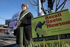 Mujer en un evento de firma de petición de firmas para el recall en Sacramento California. Foto: Anne Wernikoff / CalMatters.