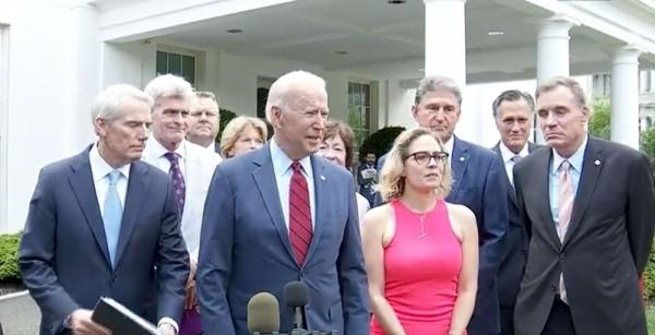 El presidente Joe Biden, acompañado por el senador Rob Portman, republicano por Ohio, y el senador, Kyrsten Sinema, demócrata por Arizona, quien dirigió a un grupo de senadores bipartidistas en las negociaciones sobre un proyecto de ley de infraestructura que la Casa Blanca había aprobado. Foto: Cortesía de C-SPAN.