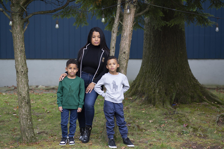 Farida Mercedes y sus dos hijos Sebastian, de 5 años, (izquierda) y Lucas, de 7, en el patio trasero de su casa Foto: NPR.