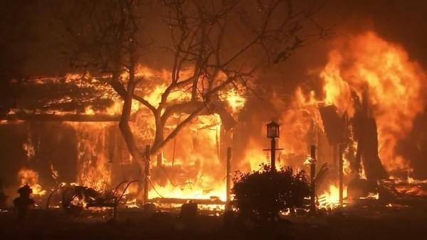 Un incendio devora una estructura en el sur de Oregon. Foto: YouTube.