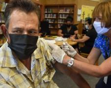 El trabajador lechero, José Mariscal recibe su vacuna contra el Covid-19 de la enfermera registrada del condado de Tulare, Cynthia Norvill, durante un día de clínica el 29 de julio de 2021 en la Biblioteca Tipton. Foto: John Walker / JWALKER@FRESNOBEE.COM