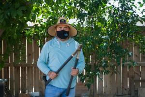 """Jaime Isidoro ha estado trabajando en los campos de California desde que emigró de Puebla, México, en 2000. """"Empiezas a trabajar, a sudar y la camiseta debajo se empapa y te sientes refrescado cuando estás bañado en sudor"""