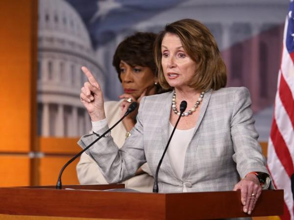 """Aompañada por la congresista de California, Maxine Waters, la líder demócrata de la Cámara de Representantes, Nancy Pelosi consiguió la aprobación del proyecto de ley de infraestructura, de $ 3.5 billones, """"de manera magistral"""", dijo el presidente Biden. Foto: https://www.agri-pulse.com."""
