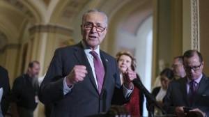 Tras el debate en el Senado, el líder de esa cámara, Charles Schumer habla con la prensa en los pasillos del Congreso. Foto: https://www.kiro7.com.