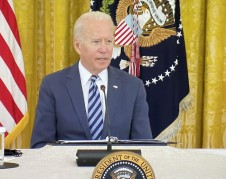 Presidente de Estados Unidos, Joe Biden elogia la conducción de la propuesta de ley por parte de la líder de la mayoría demócrata en la Cámara de Representantes, Nancy Pelosi. Foto: José López Zamorano.