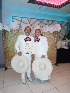 Ana María Arroyo y su esposo José son  inmigrantes mexicanos con toda una larga vida en EEUU. Ha votado ya  y tiene muy claras sus prioridades política. Ahora se dedican al canto y son el Dueto Estrellas de Plata que canta con Mariachis. Foto: Cortesía familiar