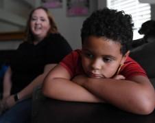 """Jennifer Moore describe cómo su hijo, Bryce Moore contrajo Covid-19. Más tarde esto condujo a MIS-C. """"Fue bastante difícil verlo pasar por eso"""", dijo Jennifer. Forto: Eric Paul Zamora EZAMORA@FRESNOBEE.COM."""
