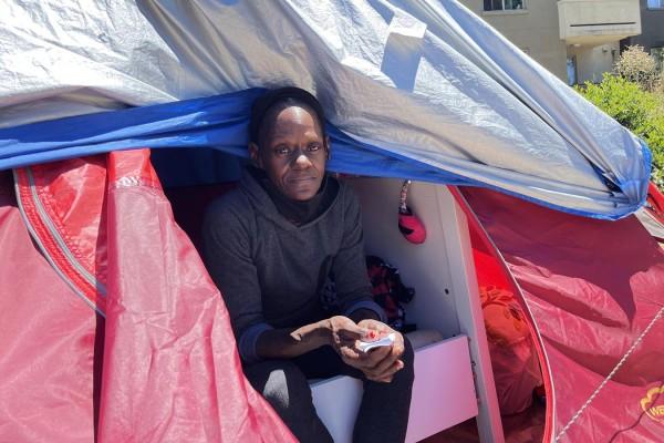 Eugenia Hunter vive en una tienda de campaña en un bullicioso vecindario de Oakland, rodeado de apartamentos de lujo y restaurantes de moda. No puede encontrar un lugar donde pueda pagar los $ 930 mensuales que recibe en pagos federales por discapacidad. Foto: Angela Hart / California Healthline.