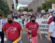 Activistas marchan a Washington, DC, por la inclusión de una reforma migratoria en el plan de gastos sociales, que contempla también fondos para el combate al cambio climático. Foto: José López Zamorano.