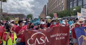 Activistas pro reforma migratoria y cambio climático marcharon en Washington, DC, para presionar a los legisladores del Congreso a pasar el paquete de leyes de los demócratas. Foto: José López Zamorano.