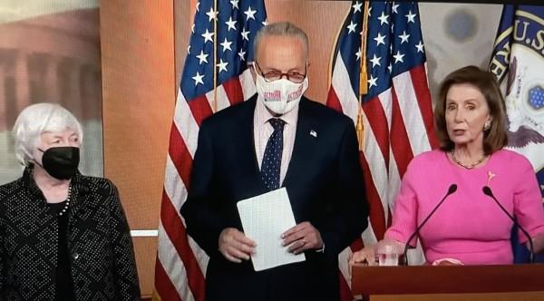 Líder demócrata del Senado, Charles Schumer, flanqueado por la líder de la Cámara de Representantes, Nancy Pelosi, y la Secretaria del Tesoro, Janet Yellen. Foto: José López Zamorano.