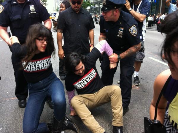 Soñadores de Nueva York son arrestados por bloquear una céntrica y transitada avenida frente a las oficinas del entonces gobernador, Michael Bloomberg en 2018 para que apoyara el acta de los sueños. Foto: Marco Vinicio González.