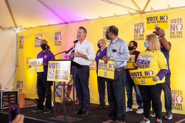 El gobernador Gavin Newsom comparte su visión de gobierno al lado del movimiento sindical de California, en su visita en Los Ángeles con n entusiastas activistas de la unión sindical SEIU. Foto: Cortesía Sindical.