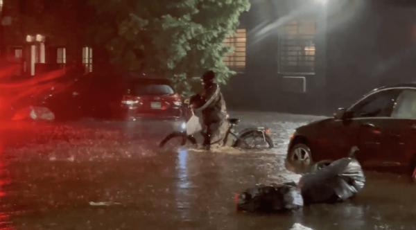 Repartidor de comida entrega un pedido en su bicicleta a través de las calles inundadas de Brooklyn, NY. Foto: https://www.brooklynpaper.com.