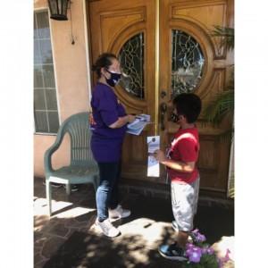 También los niños de los vecindarios latinos de Los Ángeles se sumaron a los importantes esfuerzos de esta comunidad, tocando puertas y llevando información a los hogares para que ejercieran su voto de manera informada y como se pudo ver este esfuerzo cosechó el triunfo otra vez del gobernador. Foto: Cortesía.