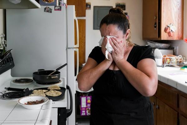 """A Angulo le diagnosticaron retinitis pigmentaria en 2007. """"Lo primero que pensé fue '¿cómo voy a trabajar?' Soy indocumentada, nadie me va a ayudar"""", dijo. """"Le pregunté a Dios, ¿cómo pudo hacerme esto? Soy una buena persona"""". Foto: Heidi de Marco / KHN."""