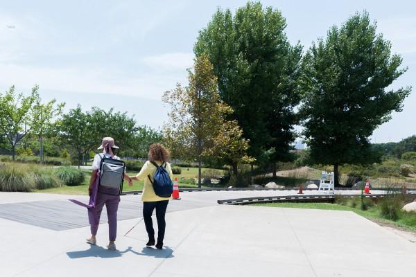 Mónica Espinoza, coordinadora de Immigrants With Disabilities, guía a Angulo a un encuentro el State Historic Park de Los Ángeles. Foto: Heidi de Marco / KHN.