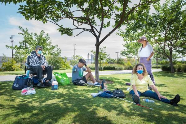 Miembros de Immigrants With Disabilities reunidos en el State Historic Park de Los Ángeles, a fines de julio. La pandemia ha dificultado que se conecten en persona, ya que viajar y el transporte pueden ser difíciles. Foto: Heidi de Marco / KHN.