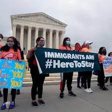 """Un grupo de miembros de la Arizona Dream Act Coalition sostiene una pancarta que dice: """"Detengan las deportaciones. Immigration Reform Now """", en Washington, D.C. Foto: cortesía de Karina Ruiz."""