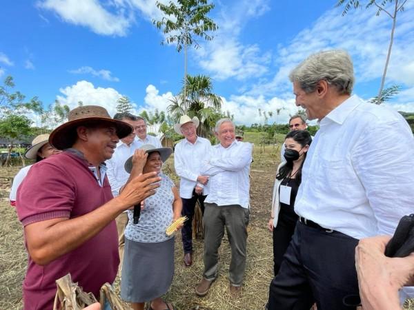 En las fotos aparecen campesinos de Chiapas beneficiarios del programa de Gobierno mexicano escuchan al enviado estadunidense para el cambio climático, John Kerry en Palenque, Chiapas.