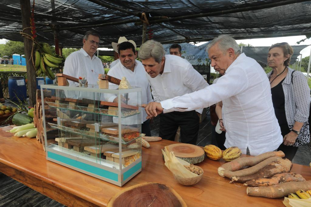 En la visita de Joh Kerry a Palenque, Chiapas, AMLO muestra algunos productos que se producen en la región, durante el recorrido por la zona.