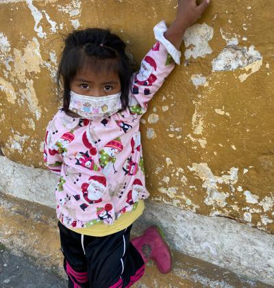 Esta niña maya usa su mascarilla, pero muchas otras personas en su pueblo no lo hacen. Foto: María Martin.